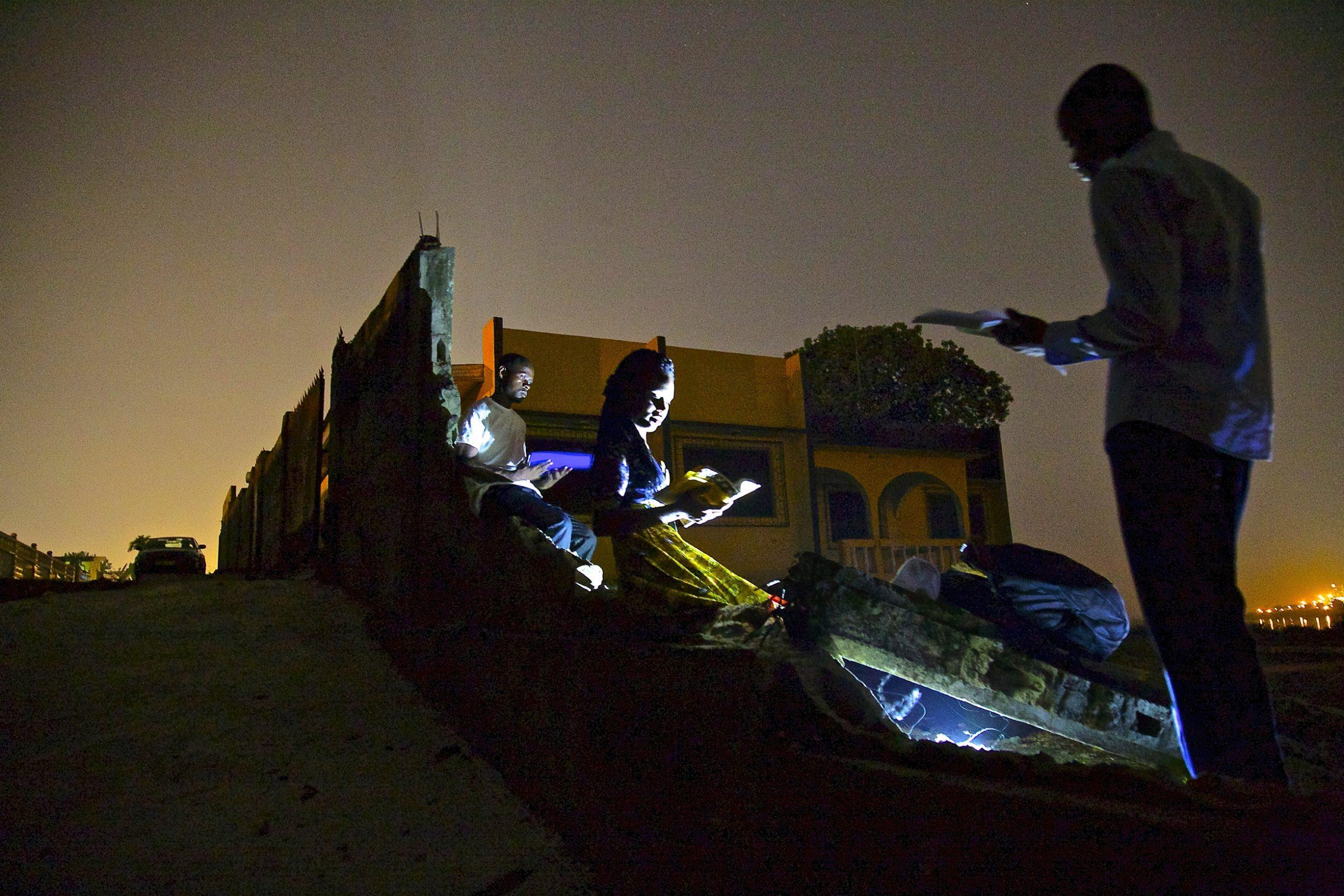 You are currently viewing « Les fantômes de Corniche », le plaidoyer photographique pour l'électrification de l'Afrique.